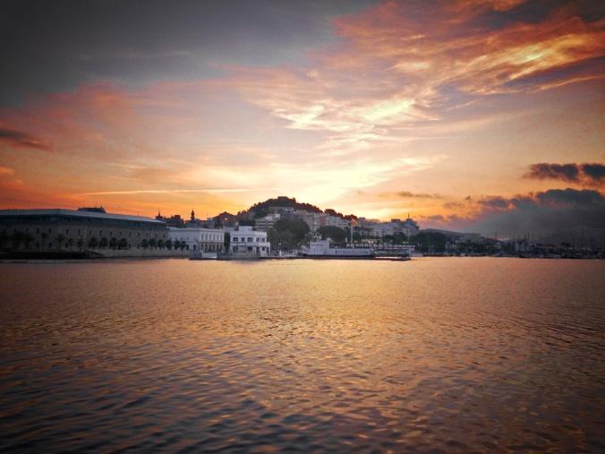Amanece en el puerto de Cartagena.