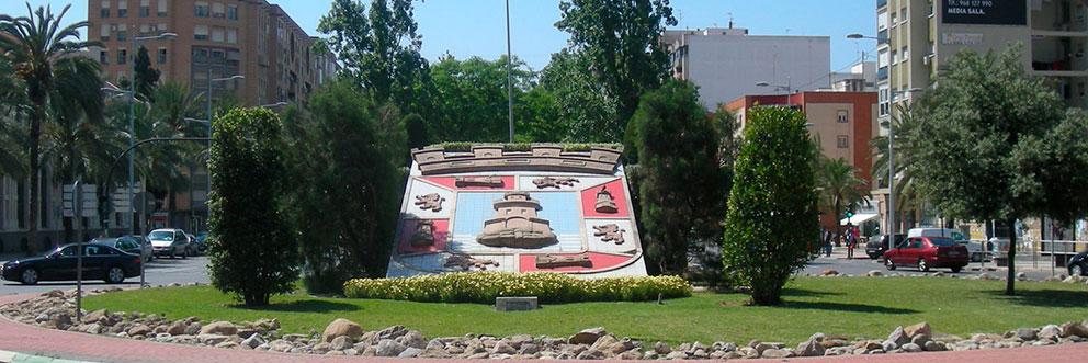 El escudo de la ciudad, al final de la Alameda, que era la entrada a la ciudad, desde Murcia, antiguamente.