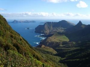 isla-selkirk-mas-a-tierra-al-fondo-se-ve-la-isla-santa-clara