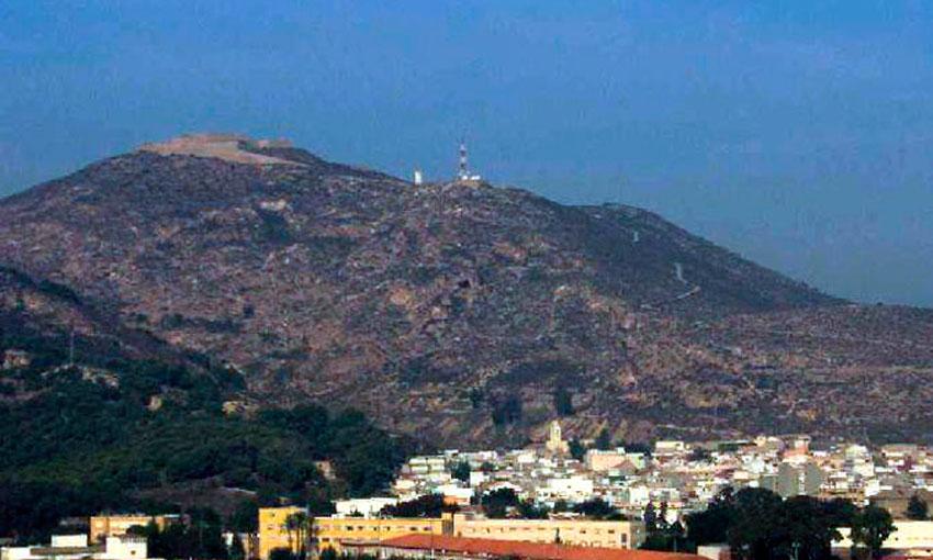 """El Barrio de """"Quitapellejos"""" con la Atalaya al fondo."""